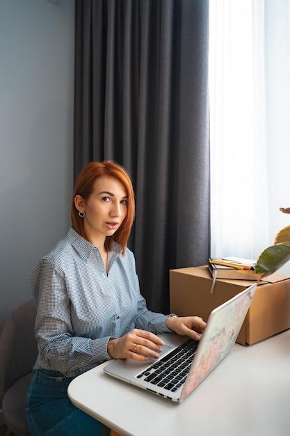 Schöne frau, die an laptop im mitarbeitsbereich arbeitet Kostenlose Fotos
