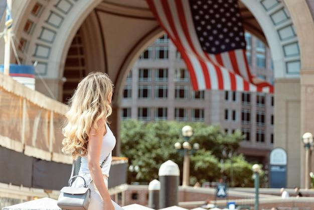 Schöne frau, die auf die straßen der boston-stadt geht Premium Fotos