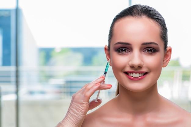Schöne frau, die für botox einspritzung sich vorbereitet Premium Fotos