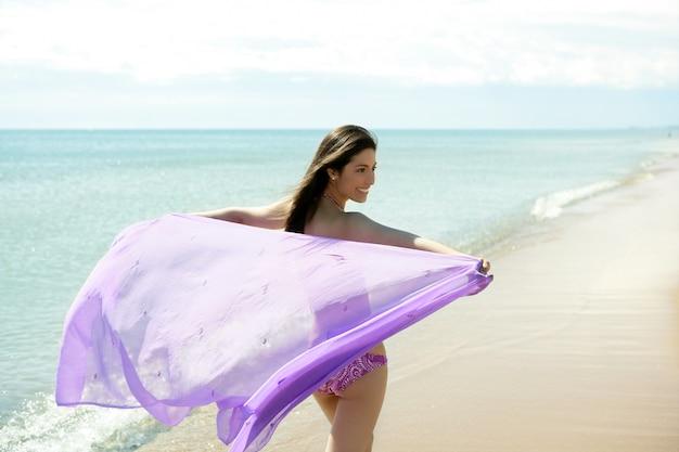 Schöne frau, die in bikini auf dem strand läuft Premium Fotos