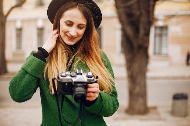 Schöne frau, die in einen frühlingspark geht Kostenlose Fotos