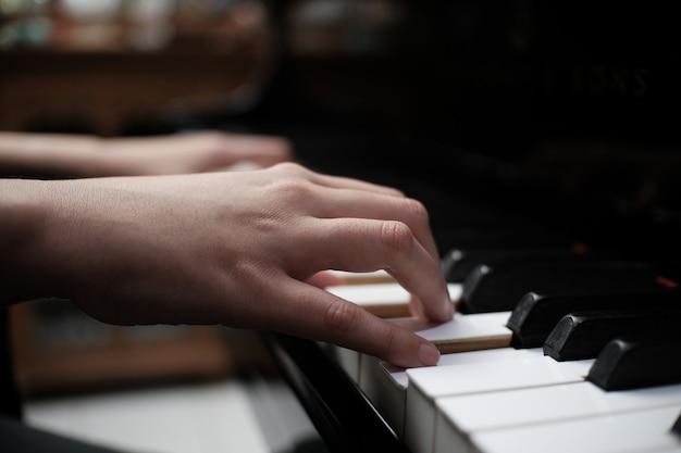 Schöne frau, die klavier spielt, lernen, klavier zu spielen. Premium Fotos