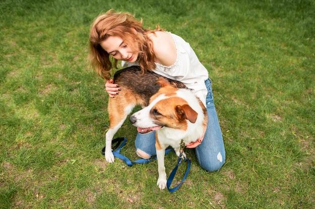 Schöne frau, die natur mit ihrem hund genießt Kostenlose Fotos