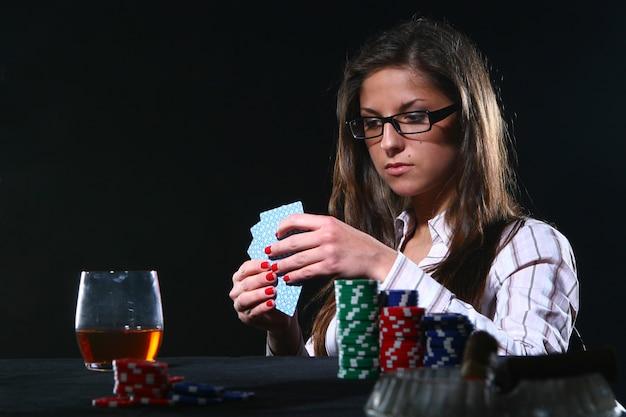 Schöne frau, die poker spielt Kostenlose Fotos