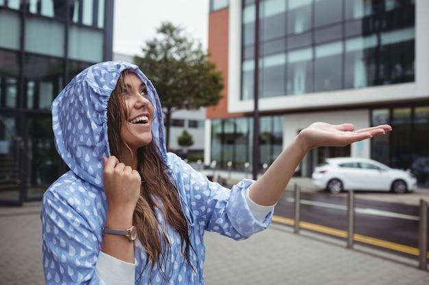 Schöne frau, die regen genießt Kostenlose Fotos