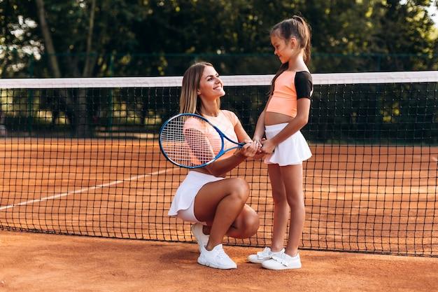 Schöne frau, die richtungen auf dem spielen von tennis gibt Premium Fotos
