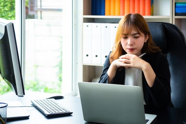 Schöne frau, die schwer im büro arbeitet Kostenlose Fotos
