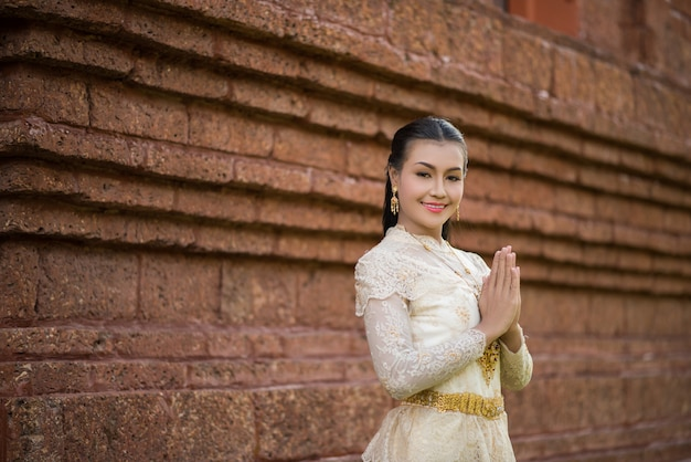Schöne frau, die typisches thailändisches kleid trägt Kostenlose Fotos