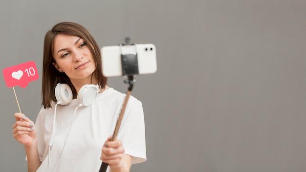 Schöne frau, die video mit kopierraum aufzeichnet Kostenlose Fotos