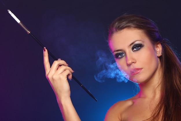Schöne frau, die zigarette raucht Kostenlose Fotos