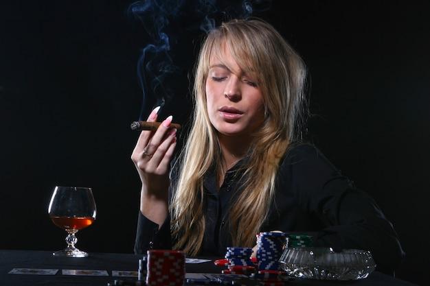 Schöne frau, die zigarre raucht Kostenlose Fotos