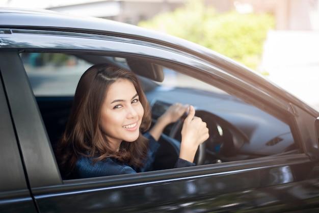 Schöne frau fährt ihr auto Premium Fotos