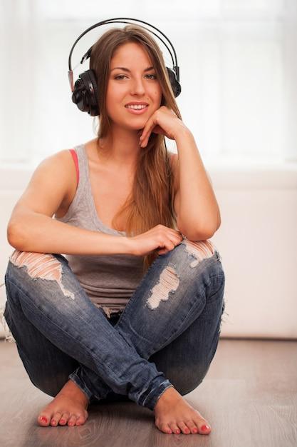 Schöne frau genießen sie musik in den kopfhörern Kostenlose Fotos
