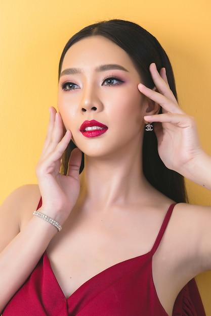 Schöne frau gesicht hand von make-up Kostenlose Fotos
