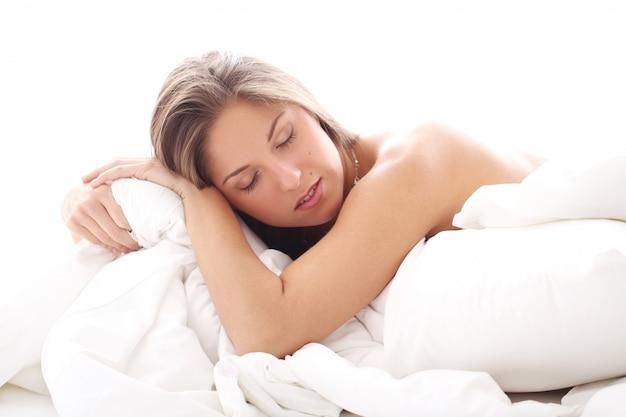 Schöne frau im bett schlafen Kostenlose Fotos