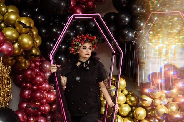 Schöne frau im eleganten schwarzen kleid Premium Fotos