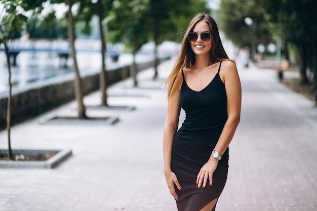 Schöne frau im schwarzen kleid Kostenlose Fotos