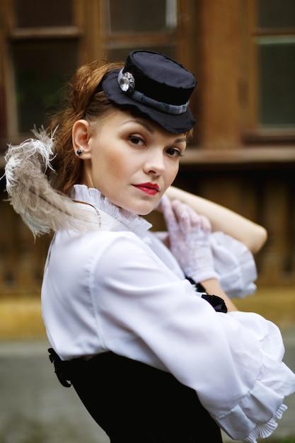 Schöne frau im viktorianischen retro-stil gekleidet Premium Fotos