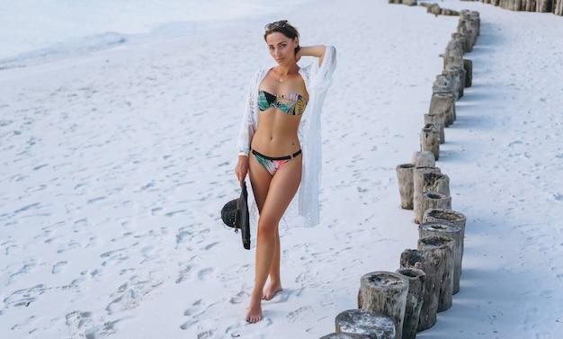 Schöne frau in badebekleidung am meer Kostenlose Fotos