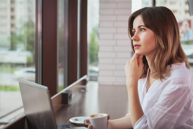 Schöne frau in der kaffeestube Premium Fotos