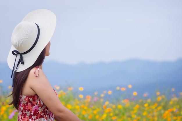 Schöne frau in der naturblume. Premium Fotos