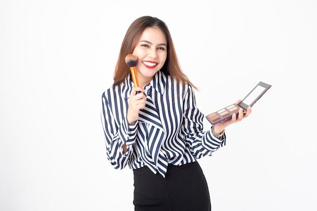 Schöne frau ist make-up auf weißem hintergrund Premium Fotos