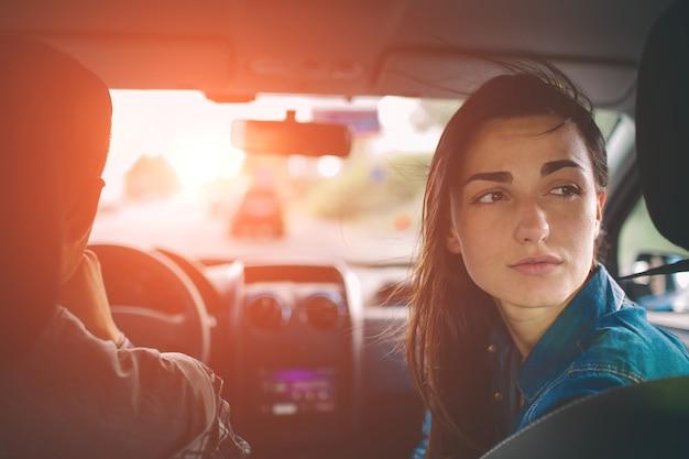 Schöne frau lächelnd beim sitzen auf beifahrersitzen im auto Premium Fotos