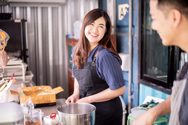 Schöne frau macht bäckerei Premium Fotos