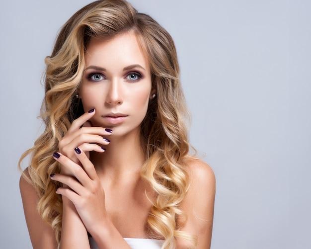 Schöne frau mit abend make-up. schmuck und schönheit. Premium Fotos