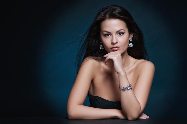 Schöne frau mit abend make-up Premium Fotos
