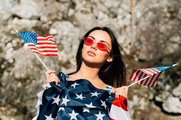 Schöne frau mit amerikanischer flagge Kostenlose Fotos
