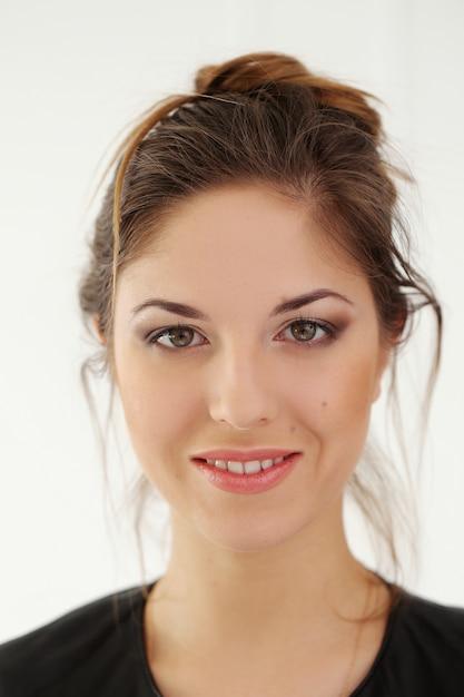 Schöne frau mit breitem lächeln Kostenlose Fotos