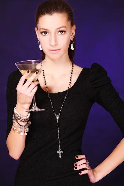 Schöne frau mit cocktail Kostenlose Fotos