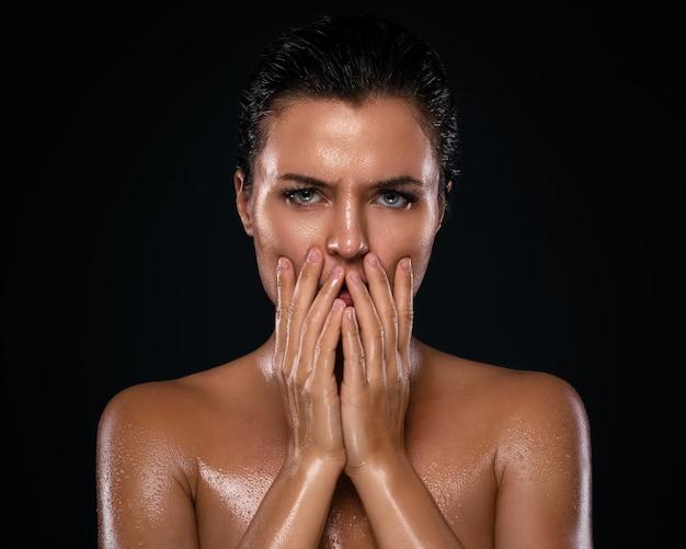 Schöne frau mit fettiger und nasser haut Premium Fotos