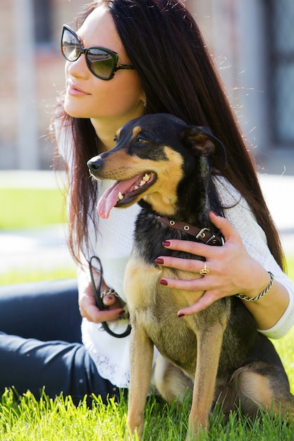 Schöne frau mit hund Kostenlose Fotos