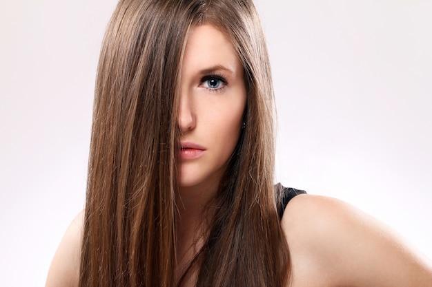 Schöne frau mit langen haaren Kostenlose Fotos