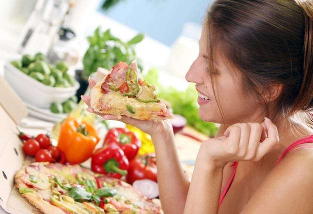 Schöne frau mit pizza Kostenlose Fotos