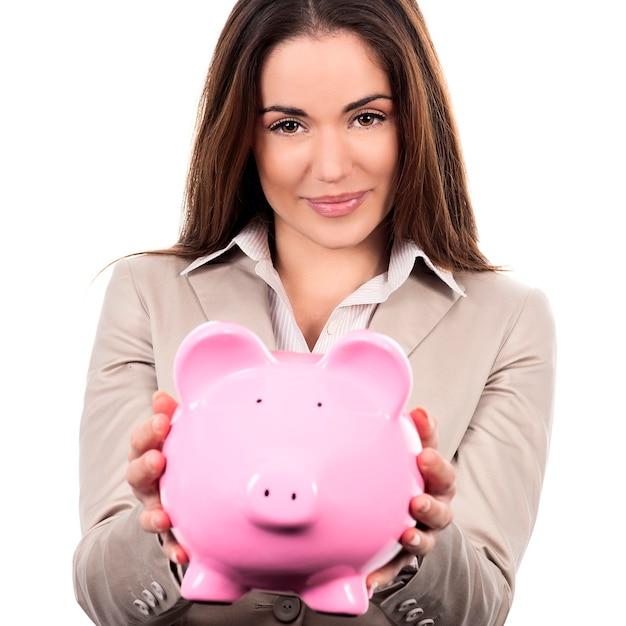 Schöne frau mit sparschwein auf weißem hintergrund Kostenlose Fotos