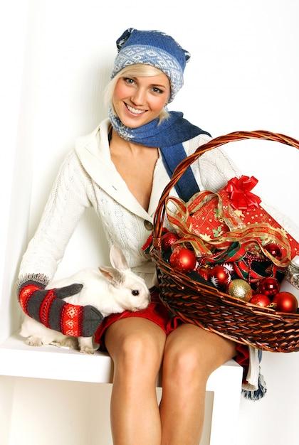 Schöne frau und süßes kaninchen Kostenlose Fotos
