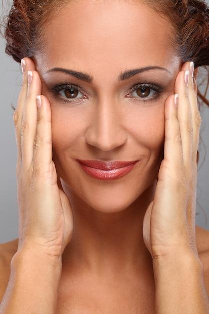 Schöne frau von mittlerem alter mit make-up Kostenlose Fotos