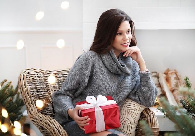 Schöne frau zu hause zu weihnachten Kostenlose Fotos