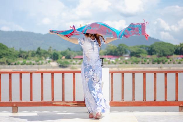 Schöne frauen beobachten den mekong zwischen thailand und der pdr laos. Premium Fotos
