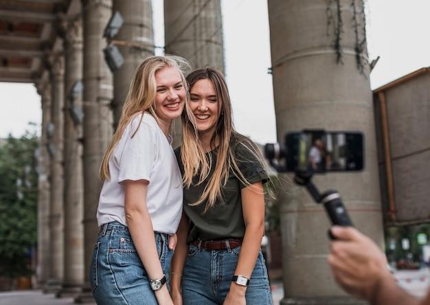 Schöne frauen, die eine schießsitzung nehmen Kostenlose Fotos