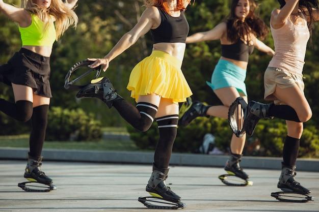 Schöne frauen in sportbekleidung mit känguru-sprungschuhen Kostenlose Fotos