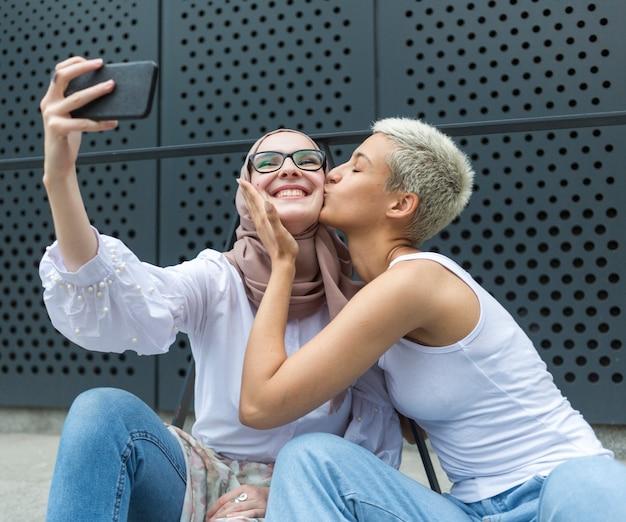 Schöne freunde, die zusammen ein selfie machen Kostenlose Fotos