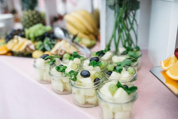 Schöne früchte und süßigkeiten für die gäste bei der feier Kostenlose Fotos