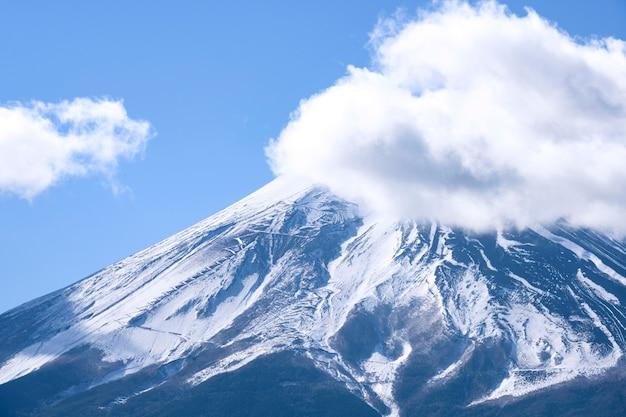 Schöne fuji-gebirgsdraufsicht mit dem schnee und wolken bedeckt über winter des blauen himmels, japan Premium Fotos