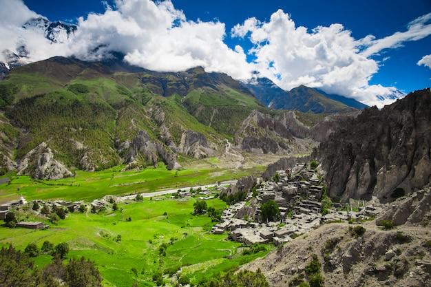 Schöne gebirgsnaturlandschaft Premium Fotos