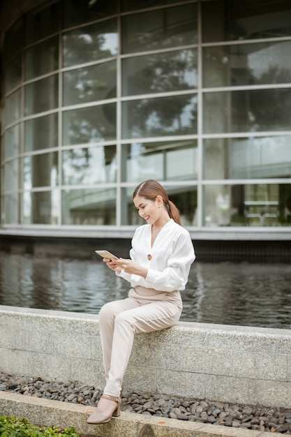 Schöne geschäftsfrau arbeitet außerhalb des büros Premium Fotos