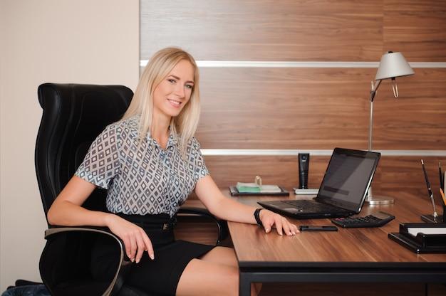 Schöne geschäftsfrau, die mit verkäufen in ihrem büro arbeitet Premium Fotos